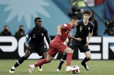 Eden Hazard manejando el balon entre los jugadores franceses.| Foto: Fifa.com
