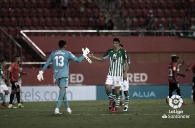 Edgar choca su mano con Rui Silva en el partido Real Mallorca- Real Betis. Foto: LaLiga.
