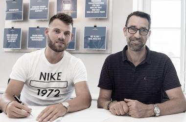 Eduard Löwen y Michael Preeetz en la firma del contrato. FOTO: Hertha BSC