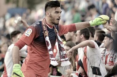 Gazzaniga saludando a la afición | Fotografía: Rayo Vallecano S.A.D.