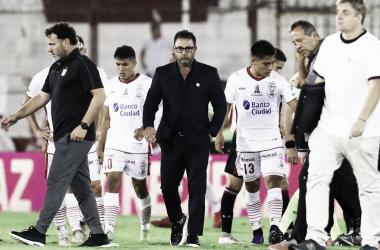 """El """"Turco"""" y los jugadores luego del partido (Foto: Huracán)"""