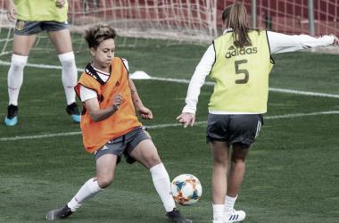 Amanda Sampedro disputa un balón en un entrenamiento. Foto: EFE
