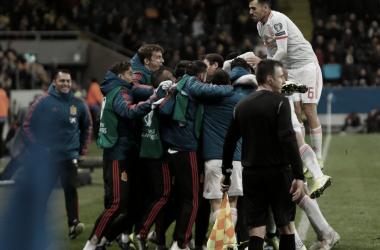 Ceballos junto al resto del equipo celebrando el empate / Foto: @SeFutbol