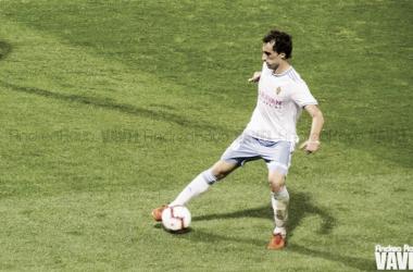Íñigo Eguaras controla un balón / Foto: Andrea Royo (VAVEL)