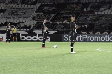 Jogadores de Vasco e Athletico protestam contra invasão no estádio do Figueirense