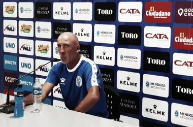 El Gato Oldrá se mostró con bronca tras la derrota ante Independiente. Foto: Entrelíneas.