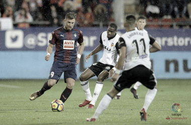 Sergi Enrich intenta deshacerse de dos rivales frente al Valencia la pasada temporada (FOTO:// LaLiga)