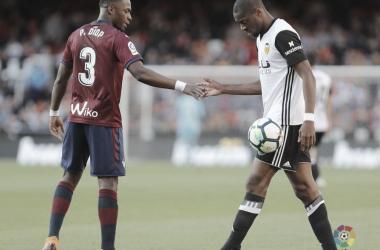 Diop y Kondogbia se chocan la mano en el empate en Mestalla la temporada pasada (FOTO:// LaLiga)