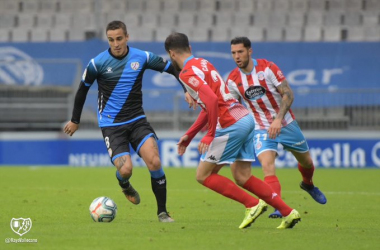 Trejo controla un balón ante la mirada de dos jugadores del Lugo   Fotografía: Rayo Vallecano