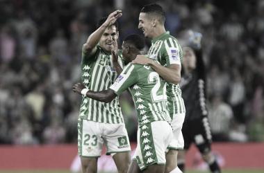 Mandi y Feddal celebrando con Emerson el gol del brasileño.   Fuente: Real Betis.