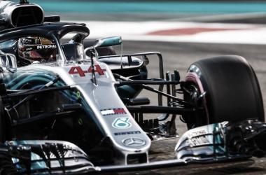 Hamilton se queda con la última pole del año
