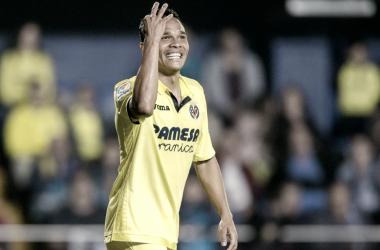 Bacca celebrando uno de los goles que anotó ayer. Foto: villarrealcf.es