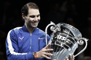 Nadal y su trofeo como número uno del mundo Foto:El País