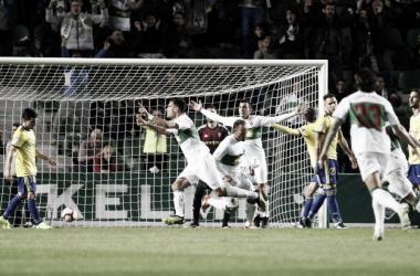 Los jugadores del Elche celebran el gol que les dio el triunfo frente al Cádiz. FOTO:LaLiga