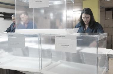 Trabajadores organizando la jornada electoral./EFE