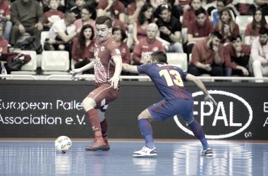 Marinovic protege el balón ante Joselito en el partidazo que enfrentó a ElPozo Murcia FS y FC Barcelona Lassa   Foto: Pascu Méndez