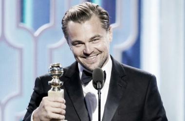 Leonardo Di Caprio, con su galardón a Mejor Actor por su papel en 'El renacido'. Foto: Vanity Fair.