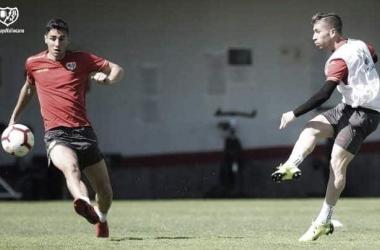 Embarba golpeando el balón en la sesión. Fotografía: Rayo Vallecano S.A.D
