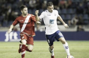 Embarba pugna por un balón con Saénz en el duelo de ida. Foto: Rayo Vallecano