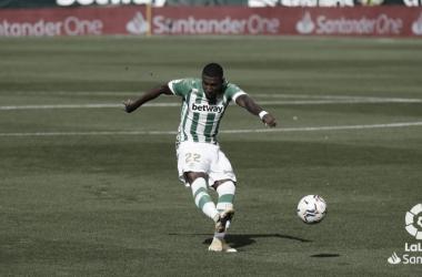 Emerson chuta el balón en el Real Betis - Elche. Foto: LaLiga Santander.