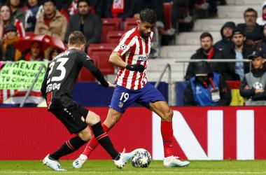 Diego Costa tratando de zafarse de un defensor del Leverkusen | Foto: Atlético de Madrid