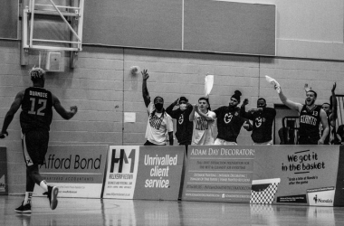 Alex Ouandie celebrates with his Manchester Giants teammates (Source: @McrGiants, Twitter)