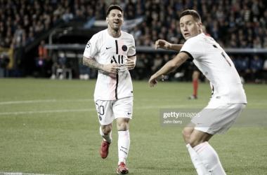 ABRAZO AL GOLEADOR. Messi(izquierda) llega al encuentro con Herrera, el volante español anotó el único gol del PSG en la capital de Bélgica. Foto: Getty images