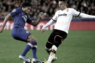 Rodrigo disputa un balón ante James / Foto: UEFA