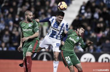 Carrillo disputando el esférico con la zaga del Alavés | Foto: CD Leganés