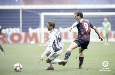 Enrich pugnando por un balón con Alcaraz / Foto: LFP..