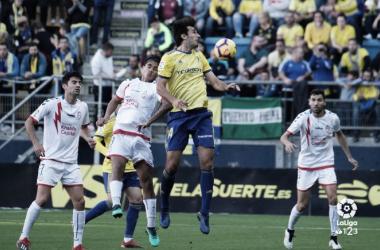 Varela pugnando por un balón en el partido de ida. Fuente: La Liga