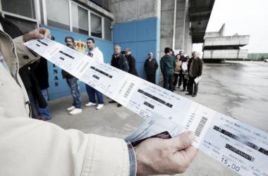 Aficionado muestra sus entradas de acompañante en un partido anterior. / Imagen: realoviedo.com