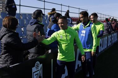 Saludo de los jugadores a la afición tras el entrenamiento. Foto: Pepe Villoslada / Granada CF