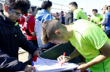 Pozo firma autógrafos a aficionados [Foto: Pepe Villoslada / Granada CF ]