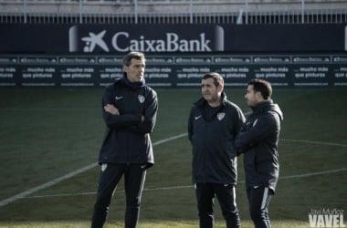 Juan Ramón López Muñiz junto a sus ayudantes en un entrenamiento en La Rosaleda. | Foto: Javi Muñoz (VAVEL)
