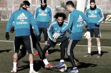 Los futbolistas blancos durante un rondo del entrenamiento I Foto: Real Madrid