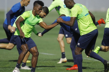 Azeez y Adrián Ramos durante un entrenamiento de esta semana. | Foto: Pepe Villoslada/Granada CF