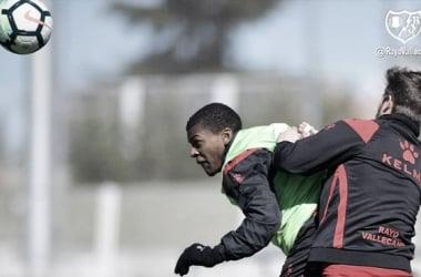 Ernesto Galán y Akieme durante un entrenamiento. Fotografía: Rayo Vallecano S.A.D