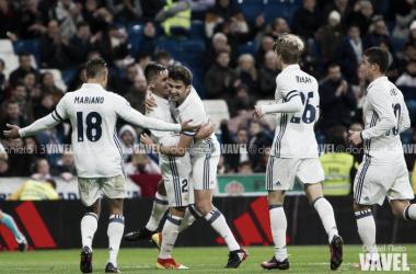 Enzo celebrando el gol junto a Tejero y el resto de compañeros | Daniel Nieto (VAVEL)