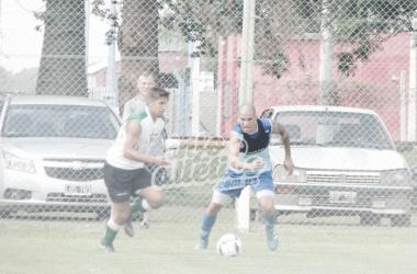 Enzo Copetti disputando el balón. // Foto: Info Atlético.