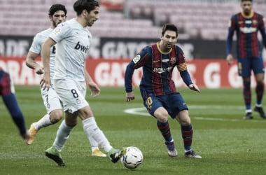 Messi se iguala a Pelé, mas Barcelona erra na defesa e cede empate ao Valencia