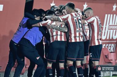 Jugadores del pIncha festejando un gol en la goleada 4-0 a Arsenal de Sarandí, en La Plata.
