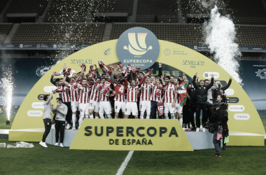 Iker Muniain levantando la Supercopa de España Fuente: Athletic Club