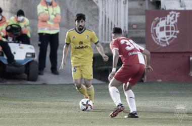 Jairo encara a Arnau durante el encuentro | Cádiz CF