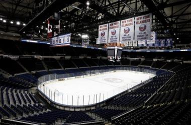 Gary Bettman visita el Nassau Coliseum para evaluar su estado