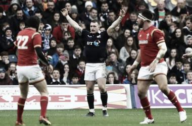 Foto: Stuart Hogg celebra el triunfo de Escocia ante Gales, algo que no ocurría desde el 2007. Crédito: Independent