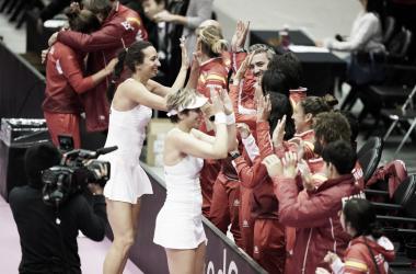 El equipo español celebra su clasificación tras ganar a Japón el pasado domingo. Foto: fedcup.com