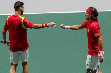 España remonta y gana en su debut de Copa Davis