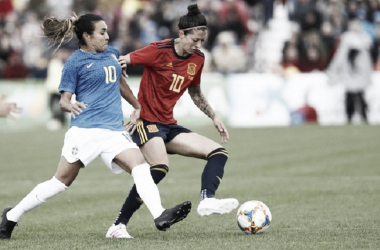 Marta disputa un balón con Jenni durante el España-Brasil / Foto: @sefutbolfem