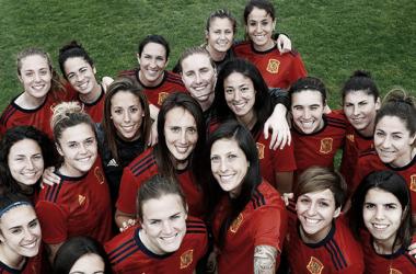 Las jugadoras de España, muy sonrientes tras el entrenamiento / Foto: @selfutbol